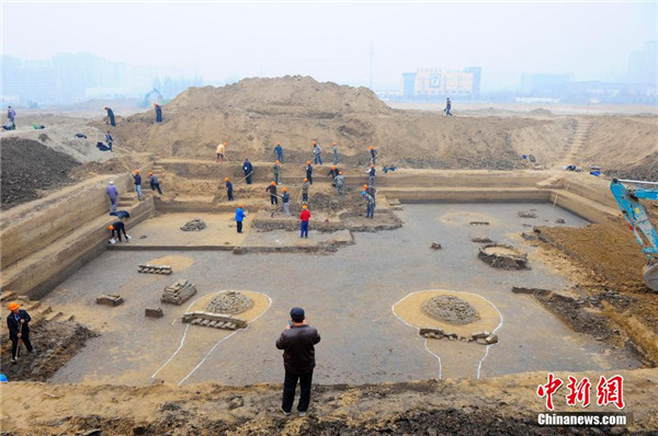 Archaeologists are clearing up the tomb complex that was discovered in Beijings Daxing district. (Photo: Chinanews.com)