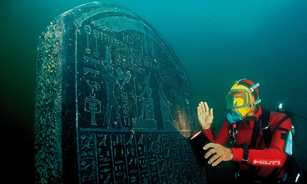 A diver with a large tablet carrying a royal decree from the pharaoh Nectanebo I, which will feature in the British Museum exhibition. Photograph: Christoph Gerigk/Franck Goddio/Hilti Foundation. Photo via theguardian.com.