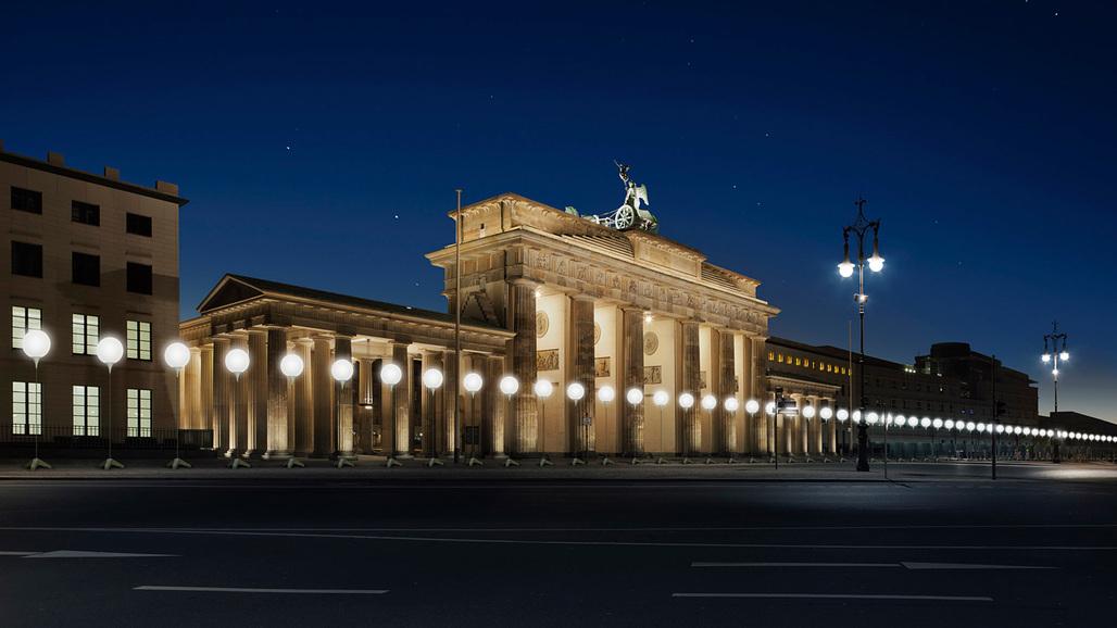 Visualization of the Lichtgrenze at Brandenburg Gate; © Kulturprojekte Berlin_WHITEvoid / Christopher Bauder; Photo: Daniel Büche