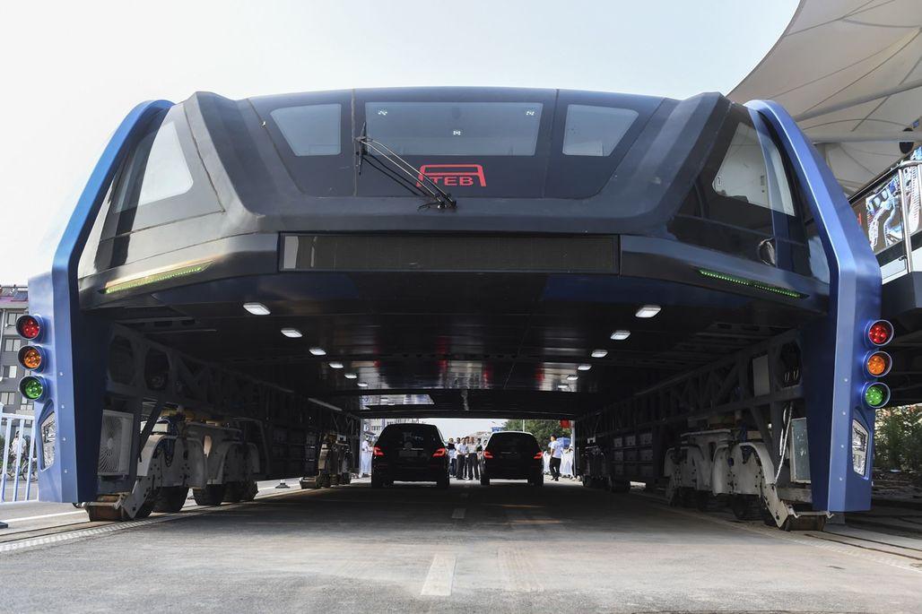 Chinas road-straddling Transit Explore Bus. Image via aktuality.sk