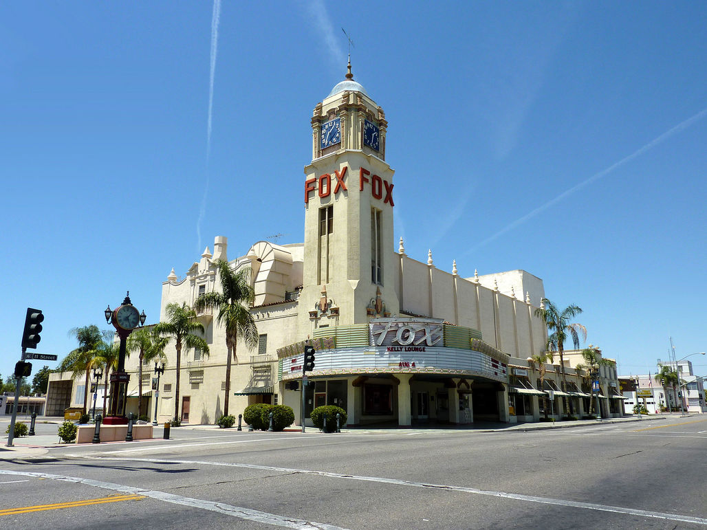 The historic Fox Theater in Bakersfield, the city with the worst air quality in the entire country. Image via wikimedia.org