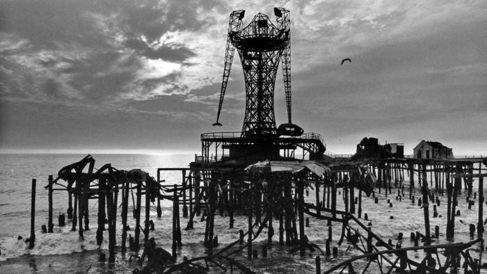When it opened in July 1958, Pacific Ocean Park, shown in 1975, was a showcase of Modern design. Less than 20 years later, it had become a stark symbol of L.A.s urban decay. (Los Angeles Time; Image: Ned Sloane / Process Media)