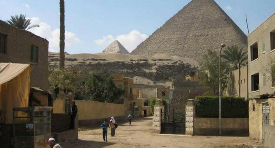 Settlement with the Great Pyramid of Giza in the background. (Image via thisbigcity.net)