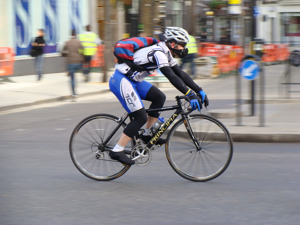 This London cyclist isnt taking any chances with air pollution – or anything else for that matter. Image via wikimedia.org