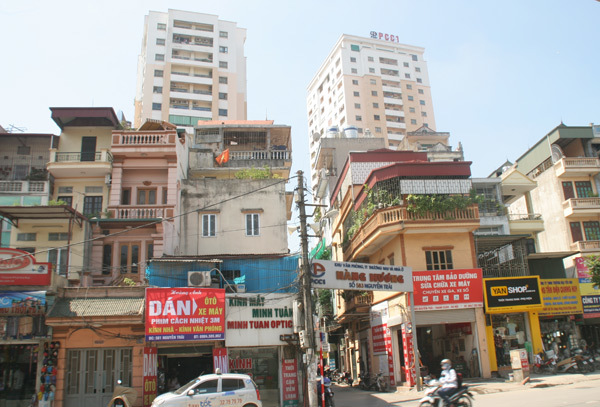 Apartment towers are popping up in Hanois network of small alleyways, causing major traffic, infrastructural problems and severe fire danger. (Image via vietnamnet.vn)