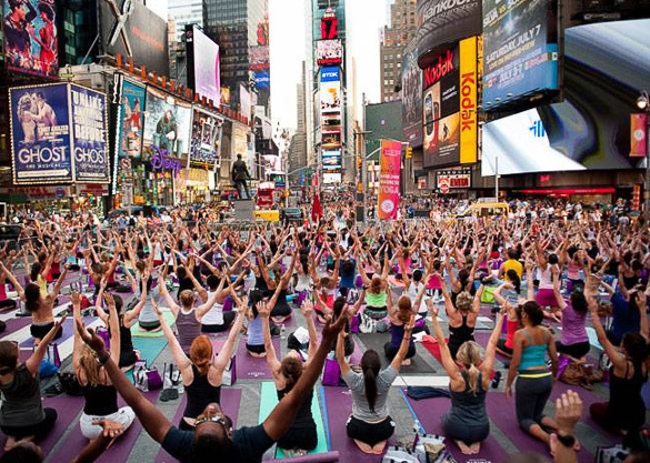 Yoga in New Yorks Times Square. Image via nyhabitat.com