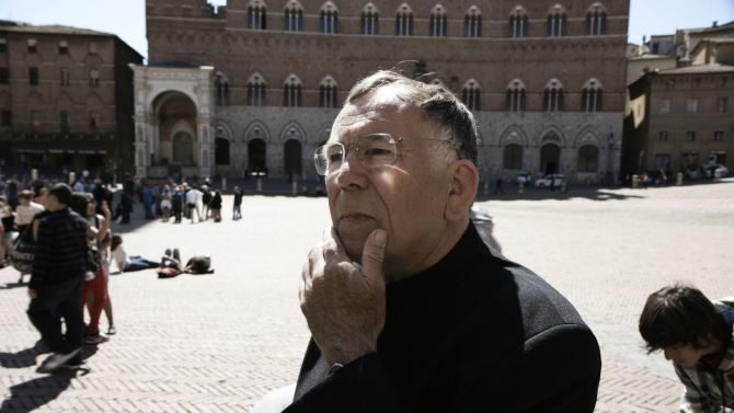 "Jan Gehl at Piazza del Campo in Siena from the 2012 film, ""The Human Scale"". Photo via Metropolis."