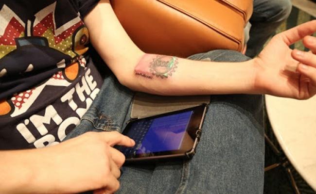 Tim Cannon coordinating Circadias data, image via http://www.geeky-gadgets.com/biohacker-embeds-circadia-1-0-computer-inside-his-arm-video-01-11-2013/