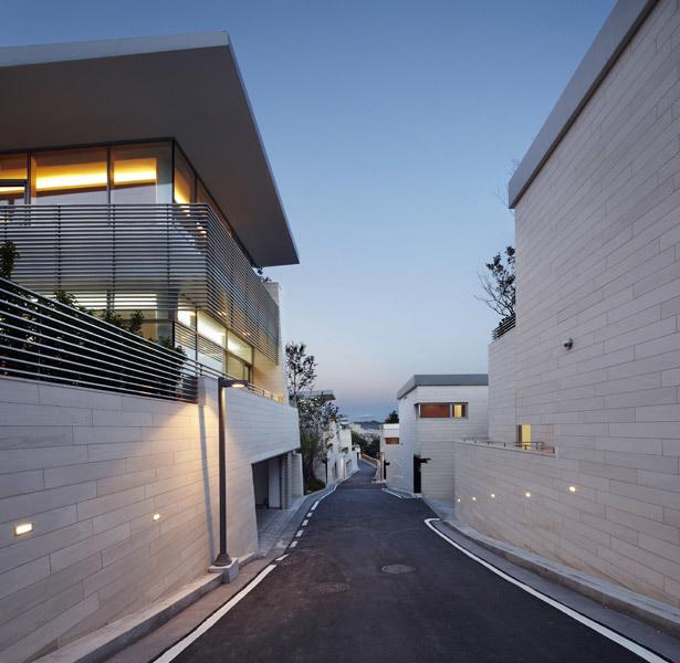 The Gate Hills Seongbuk in Seoul, South Korea, a collaborative project between Joel Sanders Architect and Haeahn Architecture (Photo: Kim Yongkwan)