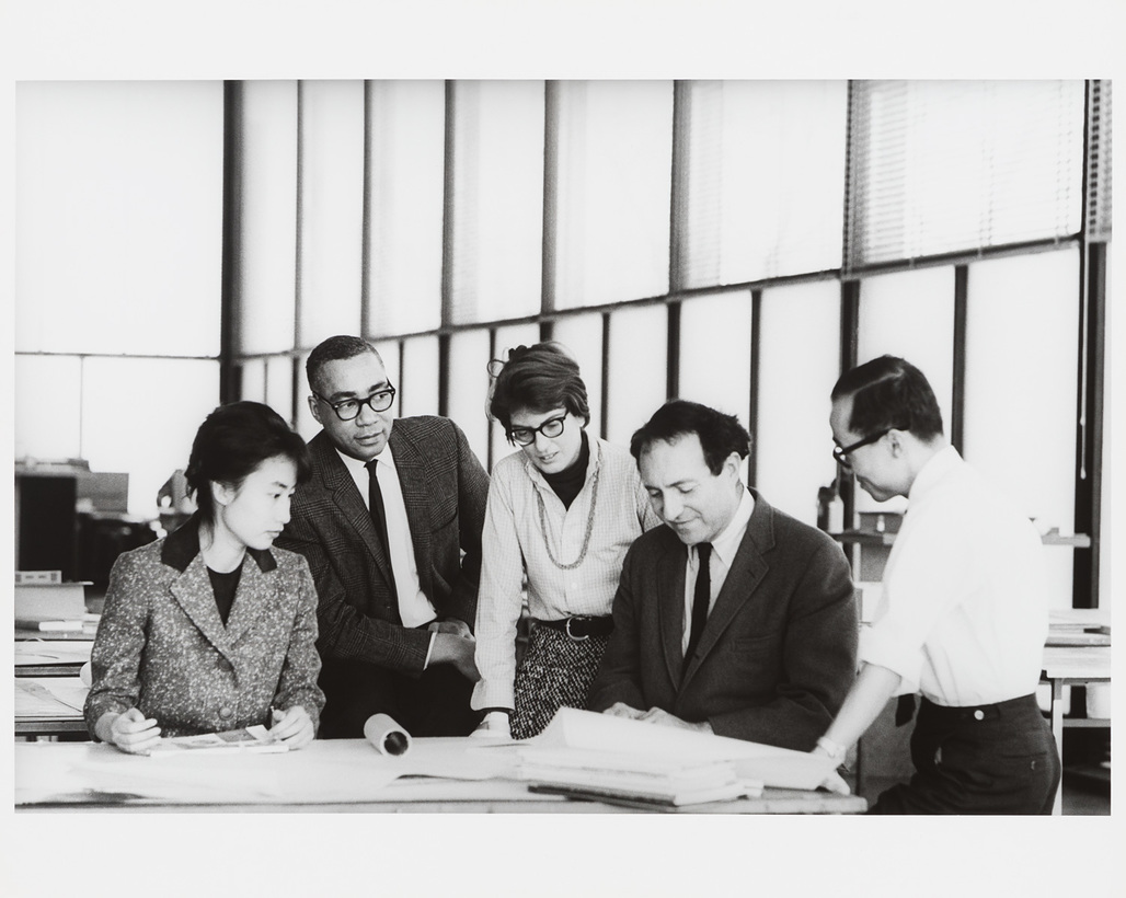 Phyllis Lambert, David Sharpe, Myron Goldsmith, Jin Hwan Kim, and unidentified student, Master class studio, Crown Hall, Illinois Institute of Technology (IIT), c. 1961. Photo credit: Phyllis Lambert fonds, CCA.
