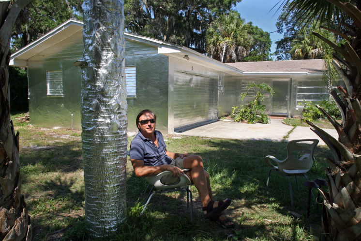 "Artist Piotr Janowski of Tarpon Springs, FL. wrapped his home in foil because he was ""inspired by Floridas beauty"". Photo via tampabay.com"