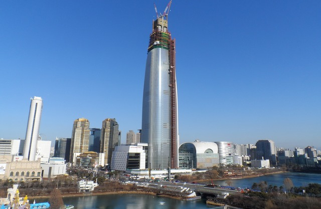 Lotte World Tower under construction in January 2015. The tower is already Koreas tallest building and aims to reach a height of 1,824 ft/556 m, making it the worlds sixth tallest. (Image via Wikipedia)