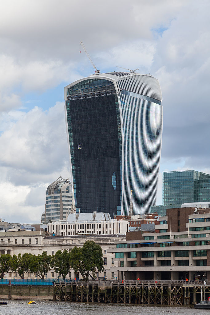 """The bad boy of architecture strikes again: Londons 20 Fenchurch Street skyscraper, better known as the Walkie Talkie, received complaints about strong """"downdraught effect"""" winds. (Photo: Diego Delso/Wikimedia Commons)"""