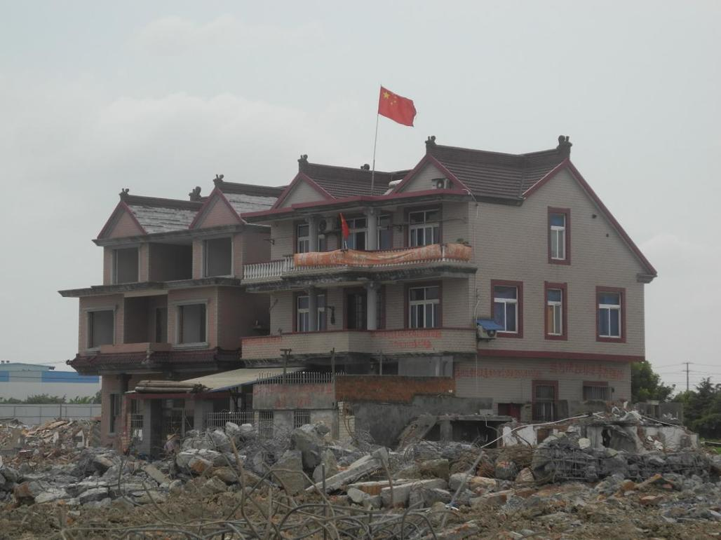 A house in Hongqiao resists demolition. Photo: Wade Shepard, via City Metric.