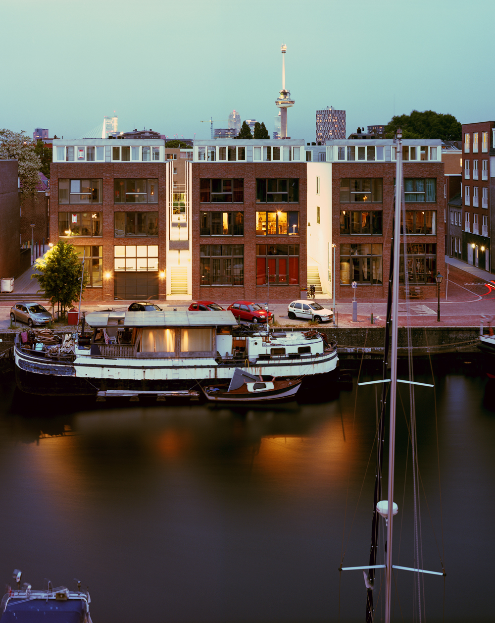 a strong new waterfront built of sturdy red brick (photo: Ruben Dario Kleimeer)