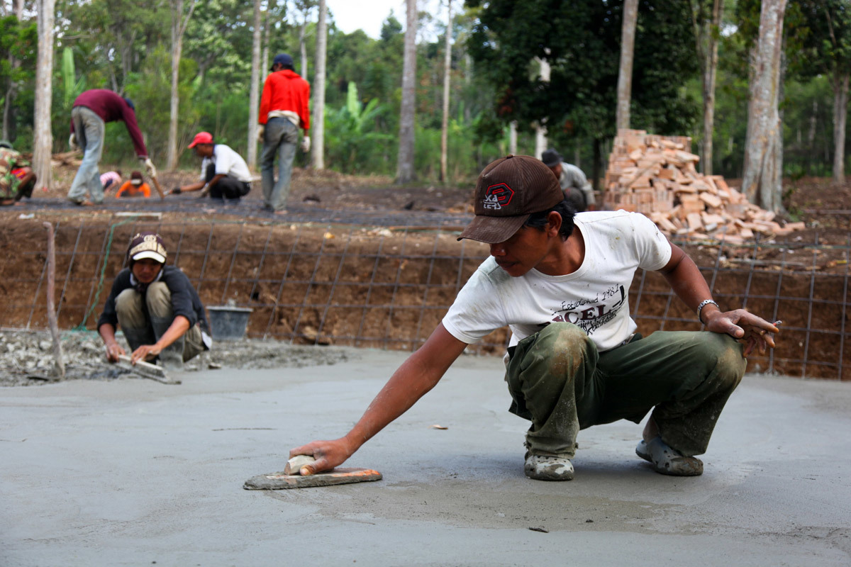 Smoothening the concrete floors (Photo: Zifeng Wei)