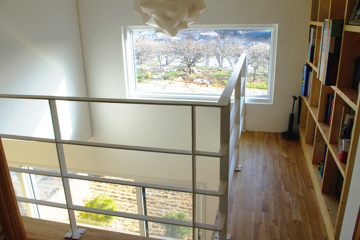 Photo 22 - bridge and upper space of living room