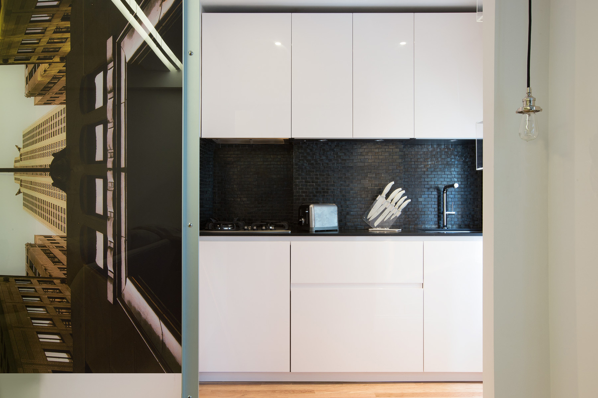 In this 650 square feet studio, Minimal USA has designed its tiny kitchen of 27 square feet and the closets of 16 square feet.