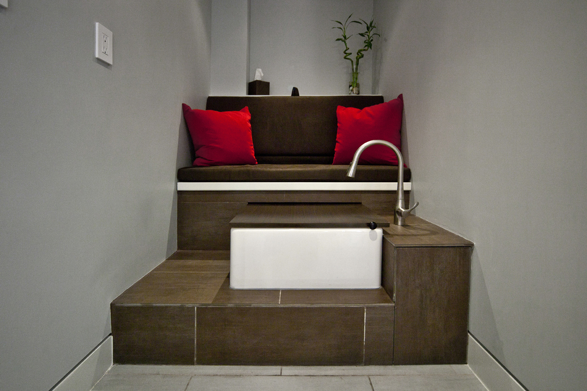A tiered foot spa elaborates the salon's clients experience of space.