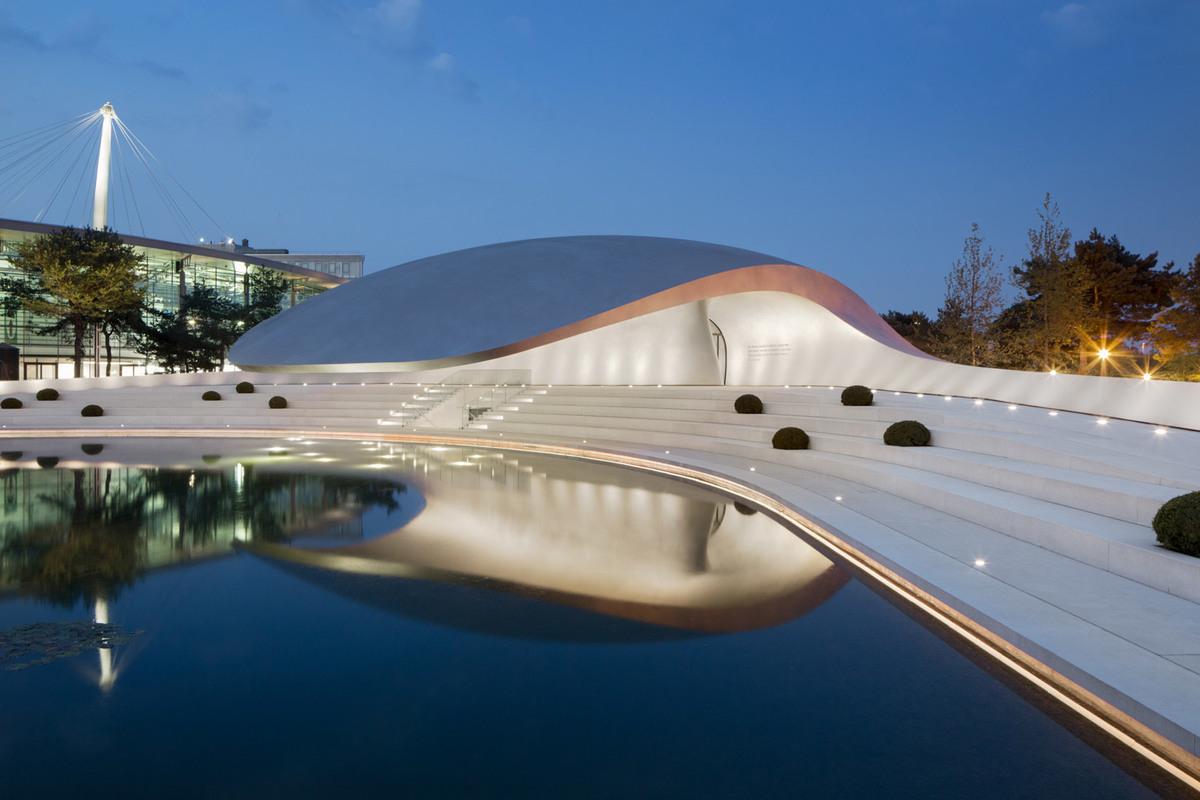 Porsche Pavilion at the Autostadt in Wolfsburg, designed by HENN Architekten (Photo: HG Esch)