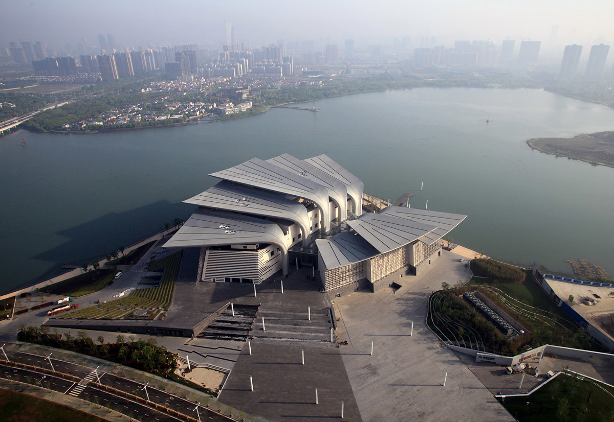 Birdview with the main entrance plaza in the foreground and Wuli Lake in the background (Photo: Pan Weijun)