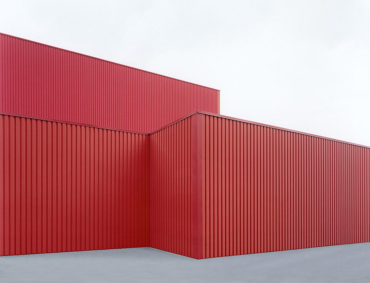 sachliches: Halle rot #2, 2001, C-Print, 100 x 133 cm © Josef Schulz