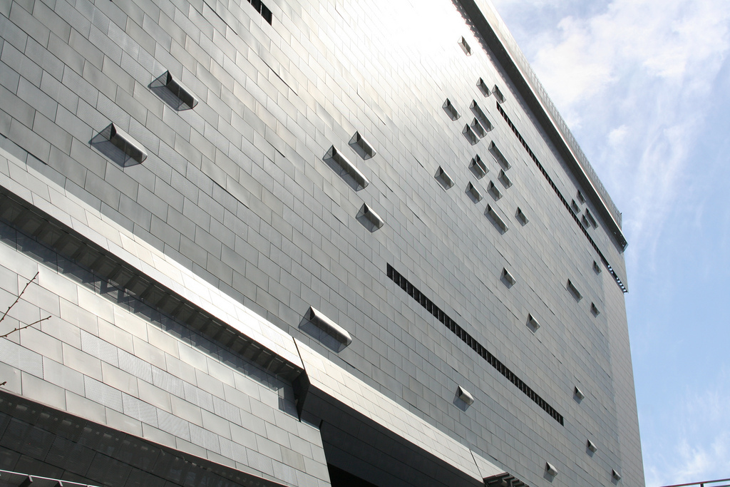Close-up of the facade of Morphosis Caltrans District 7 Building (photo via flickriver.com)