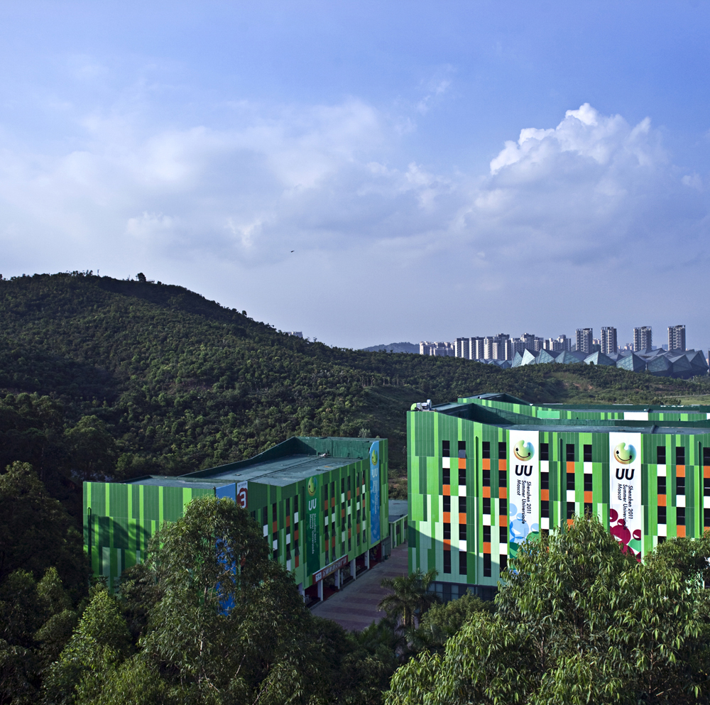 The green buildings float on the greens to form the Great Universiade Centre, together with GMP's main stadium in the back scene.