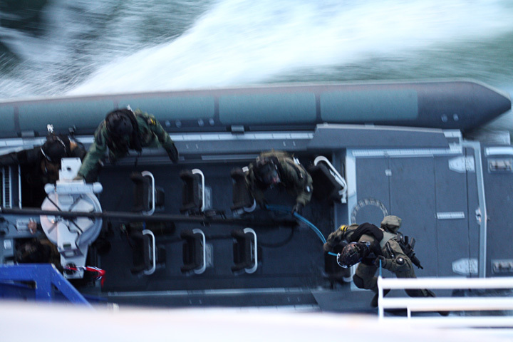 Norways Navy boards the ferry