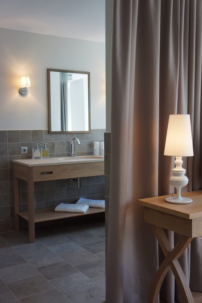 The bathroom is devided by curtains from the guest room to offer the client the possibility to