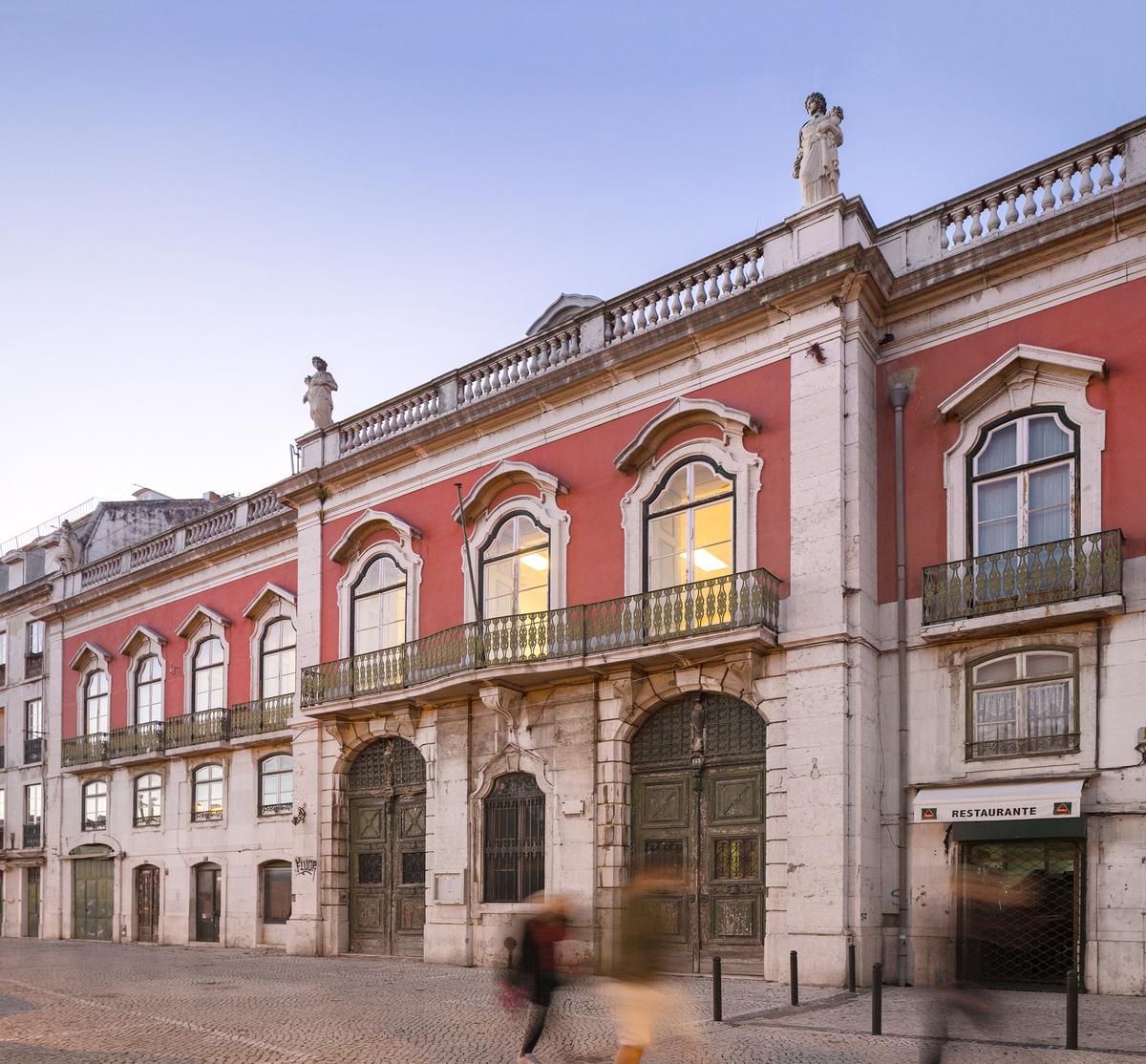 Sinel de Cordes Palace. Photos Ⓒ FG+SG. Image via flickr.com.