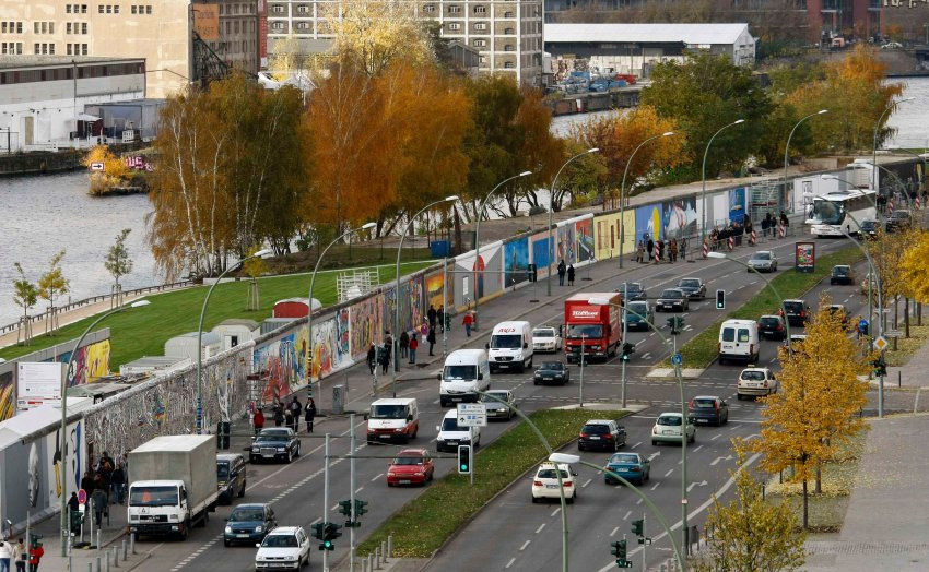 A 1.3-kilometer (0.8-mile) stretch of the Berlin Wall, the worlds longest open-air art gallery, was decorated by 118 artists from 21 countries in 1990. (image via spiegel.de)
