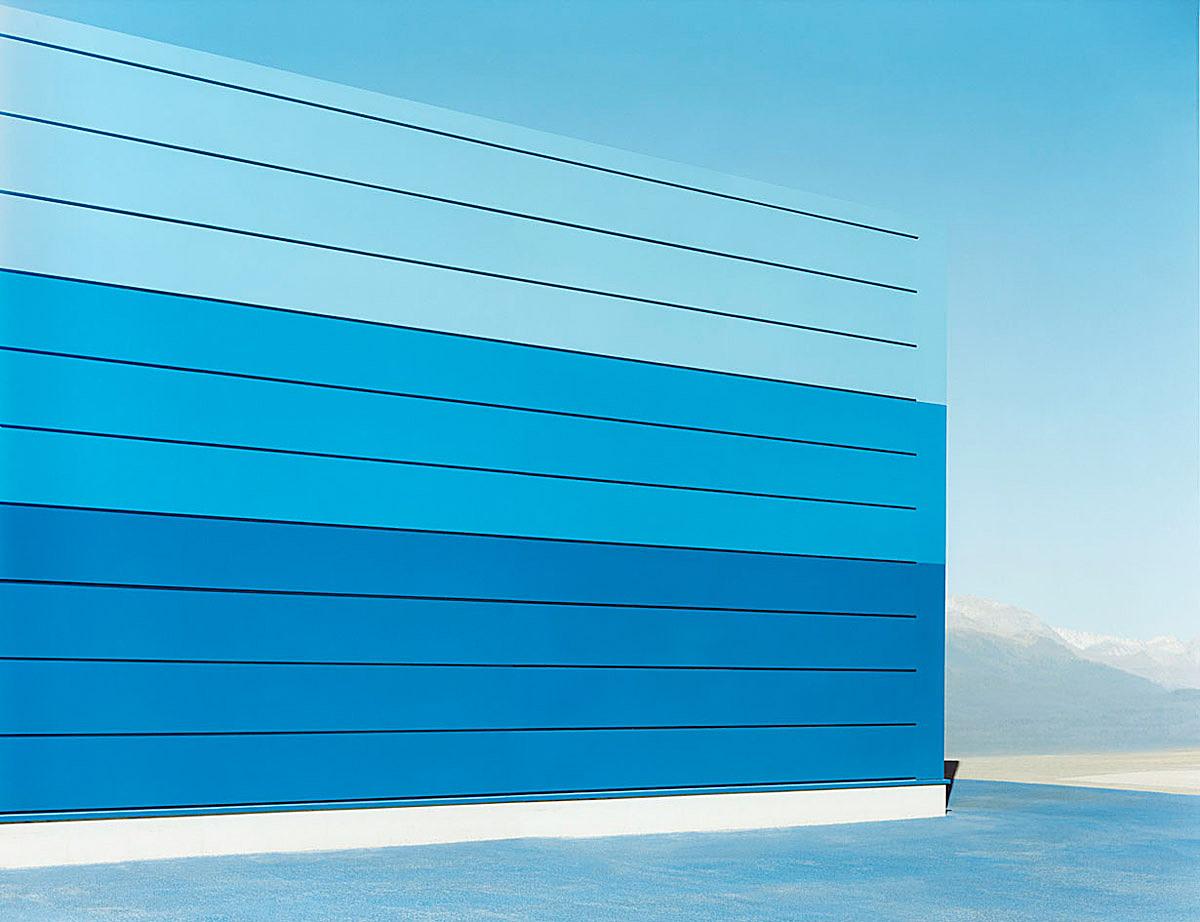 sachliches: Halle blau #5, 2007, C-Print, 100 x 130 cm © Josef Schulz