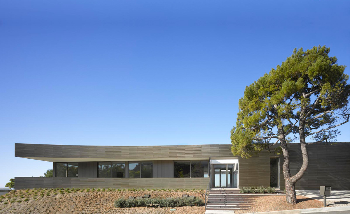 The exterior of the home includes a 9 motorized front door panel. Image courtesy of SPF:architects