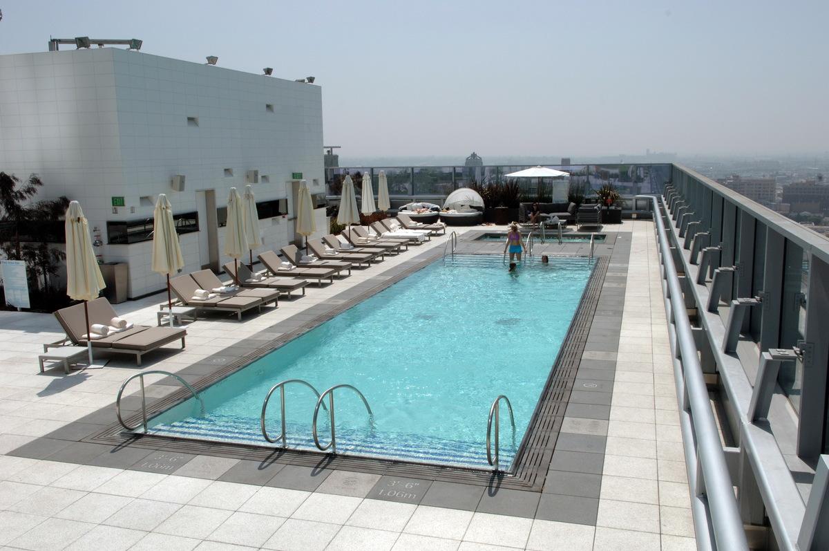 La live ritz carlton hotel marriott hotel rooftop for Pool design engineering
