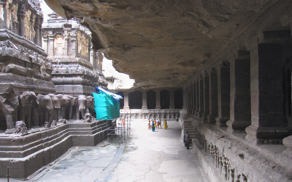 Kailasanatha's colonnade and colossal overhang