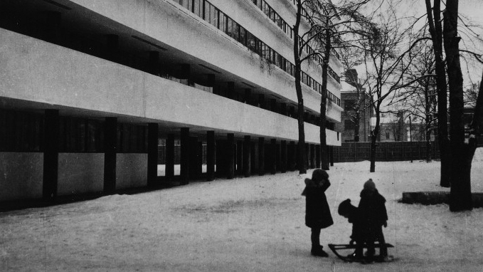 Narkomfin Building in Moscow (1932) by Moisei Ginzburg, a main design inspiration for Corbusier's Unité d'Habitation. © Robert Byron.