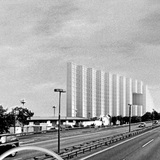 The perception of the volume from the freeway and the S-Bahn corridor is fashioned by movement and speed: architecture in the periphery of the visual field. The building unfolds as a sequence of vertically folded facets to the driver. (Image: FAR frohn&rojas)