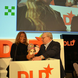 Dr. Hubert Burda awards Zaha Hadid with the Aenne Burda-Award on January 21, 2013 (Photo: picture alliance/Jan Haas)