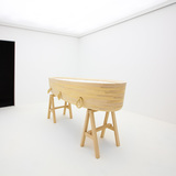 Minimalist coffin, also made of tauari branco wood, on display at ESPASSO. Photo: Eliseu Cavalcante