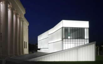 What is the type of glass the Steven Holl used on the Nelson-Atkins Museum?