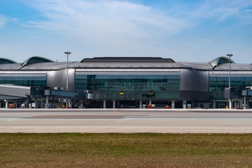 The design of the Midfield Concourse architecturally respects and complements the existing Terminal 1.