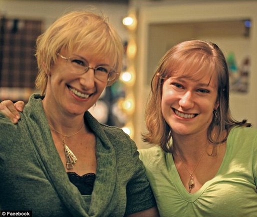 Amber Long (right) with her mother. Image via OneNewsPage.