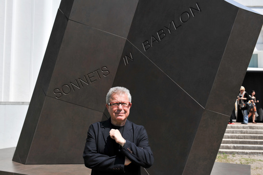"Libeskind in front of ""Sonnets of Babylon,"" via internacional.cosentinonews.com/"