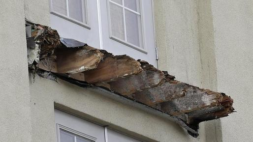 A newly released report finds that dry rot is to blame for the rapid deterioration of the wood beams that led to the collapse of this Berkeley apartment balcony and death of six people. (Photo: Jeff Chiu/AP; Image via latimes.com)