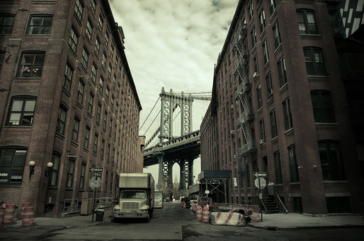Empire State building and DUMBO (Washington St, Brooklyn 2010) © Simon Gardiner