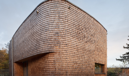 A curvaceous, shingled weekend cottage in the Czech Republic