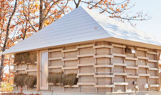"""A Recipe To Live"": Modern Japanese Straw House Naturally Heated By Compost"