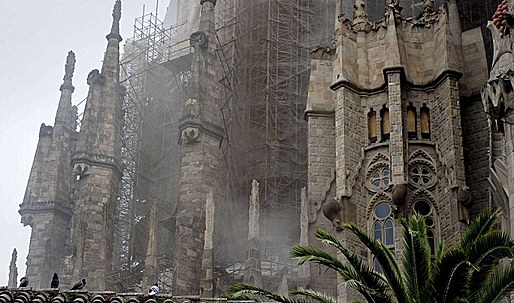Sagrada Familia reopens after 'arson attack' (BBC)