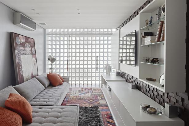 Brasília | Apartamento 210 | vista da sala intima, cobogó e decoração mediterrânea